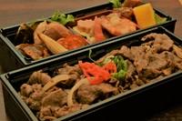 旬の食材を使用した総菜とジューシーな焼肉の2段重ねのお弁当。
