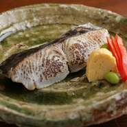 大きく上質な魚を厳選し、自家製西京味噌に漬け込み、じっくりと丁寧に焼き上げた、風味豊かな「さわら」。素材が持つ本来の美味しさを最大限に引き出した一品は、隠れた人気メニューです。