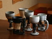 お酒の器にも店主のこだわり。京都の地酒や全国の日本酒と共に