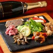季節やその時々で変わるメニューはすべて手づくり。北イタリアのおふくろの味が並びます。