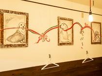店内に飾られた絵画の中には山口氏の愛犬フクタの姿も