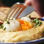 卵やオイルをブレンドしているこだわりの自家製マヨネーズをたっぷりと入れています。ジャガイモは、マッシュポテトのような舌触りの良さが特徴。半熟卵を割り味変を楽しむのもオススメです。