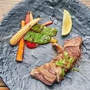 栗を食べて育つ高級なスペイン産の白豚「ガリシアポーク」。きめ細かな肉質と甘みのある脂が特徴です。味付けは塩&胡椒のみで、素材の持ち味を活かしています。添えられたレモンを搾りさっぱり味にも挑戦。