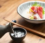 ソムリエ厳選の日本酒&酒肴各8種盛り付き日本酒満喫プラン料理と日本酒の組み合わせをお楽しみください。