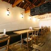 天井が高く木の風合いと白い壁に壁の提灯がオシャレな店内