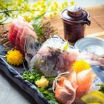 当店自慢の市場直送季節の旬魚を盛込んだ季節の『鮮魚のお造り3種盛り』