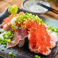 """こぼれるほどのイクラがたまらない""""海鮮こぼれ寿司""""。アクセントでお好みでわさびをお付けしてお召し上がり下さい。"""