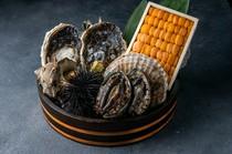 鮑や雲丹、ホタテ貝など贅沢な食材がずらり