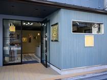 浅草駅から徒歩7分。やさしいブルーの外観