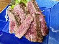 ジューシーで赤身と脂身のバランスが絶妙。噛めばじゅわっと脂の旨味が口中に広がり肉本来の歯ごたえを堪能できます。