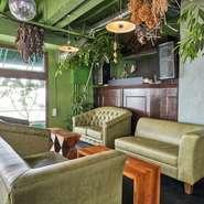 壁の色から床のタイル、デザイン性に優れたランプ、革の色から決めたソファーなど全て選んでいます。特に、しっかり身体をホールドしてくれるソファーは座り心地の良さも想定済。
