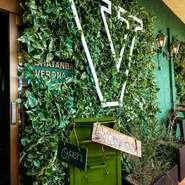 かろうじて見える店名。まるで、手つかずの密林に迷い込んでしまったかのような雰囲気。生命力あふれる緑が、店全体を包み込んでいます。【CHATANBAL VERONA】へ、さあ。