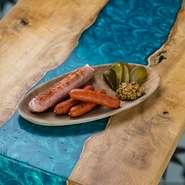 ぷりぷりのムール貝をたっぷり使用。オリーブオイルの中には貝の旨みが溶け出して、ガーリックや塩味と共に楽しめます。貝の殻を外し、食べやすくしてから提供。
