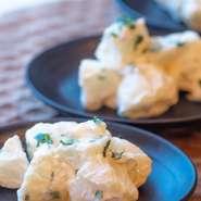 魚介を使った料理も得意としている料理人。店自慢の『アヒージョ』にも多く使われており、オリーブオイルには魚介のおいしさが溶け込んでいます。魚介の食感やおいしさを損なわないように、火加減には注意して。