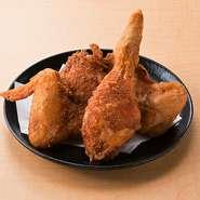 骨付きでぶつ切りにし国内さんのフレッシュ若鶏を専用の特製揚げ油でカラッと揚げた逸品!!10種類のスパイスと2種類の塩をブレンドしたキタシブ一押し、オリジナル「鶏ザンギ」です。