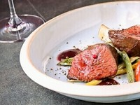 シェフが創り出す渾身の一皿と料理の完成度を向上させるグラスワインをソムリエが選び抜きます。