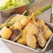 串かつは野菜、肉、デザートなど多様な具材を揃えています。(90円~)迷う方はまず盛り合わせ!