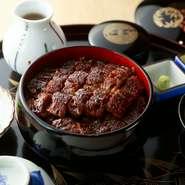 特製タレの風味が鰻の味わいを凝縮させた人気メニュー。最初はそのままで、その次は薬味で、最後はお茶漬けと3つの味が楽しめるのが特徴です。