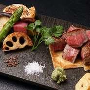 厳選した山形牛のA5ランクのお肉を使用。専用ケースに入った肉から、サーロインやフィレをその日の気分で選べます。シンプルな塩コショウの味付けが素材の味わいを引きたてます。わさびやおろしポン酢はお好みで。