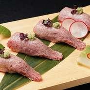鮮やかな霜降りが入ったA5ランクの山形牛サーロインを、サッと炙って握り寿司で提供します。牛肉の甘い脂が溶け出し、酢飯と融合するおいしさがお口いっぱいに広がります。醤油を少しだけ垂らして召し上がれ。