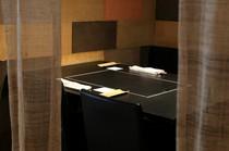 上品な仕切りでゆったり個室感覚のテーブル席