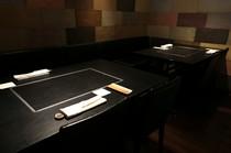 2人掛けと4人掛けのテーブル席