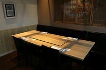 4人掛けテーブル。店内のあちこちに見られる美しい意匠