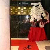 大きな胡蝶蘭が飾られたエントランス