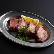 厚切りタン、塩タン、中落タンの三種類を食べ比べ出来る一皿