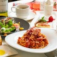 新鮮野菜のサラダと自家製ドルチェがついた『パスタランチ』は週替わりの2種類からパスタをチョイス。こだわりのトマトソースを使った、イタリアの郷土料理『ポモドーロ』のまろやかな風味が心に残ります。
