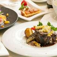 肉か魚のどちらかが選べる、石窯料理をメインとした人気のランチコースです。ホロリととろける牛ホホ肉の旨みと濃厚な赤ワインソースのマリアージュが楽しめる『牛肉の赤ワイン煮』はまさに至福の味わいです。