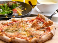 店内の石窯で焼き上げた熱々ピッツァのパリもち食感がたまらない『ピッツァランチ』