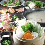 長時間ゆっくりと火にかけ丁寧に取った出汁を贅沢に使用!本場博多で学んだ濃厚水炊き鍋が楽しめるコース。