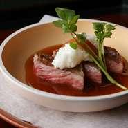 近江牛のサーロインをステーキで。だしが効いたソースを掛け、さらに山芋の山葵漬けを刻んだソースを合わせています。複雑に重なりあった味わいが、口の中でとろけるように広がります。