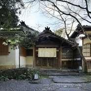 """明治時代の建物を移築してできた【京の料亭 千寿閣】。天井の網代張りや、黒檀の床柱など、当時の気配が残っており、""""非日常""""に誘ってくれる特別な空間です。古に思いを馳せながら、ゆるりとくつろげます。"""