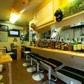 アメリカンスタイルのバーで、おいしい料理と多彩なお酒を満喫