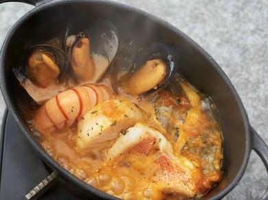 魚介とサフランの芳醇な香りに食欲がくすぐられる『魚介たっぷりブイヤベース』