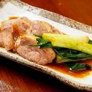 良質な京鴨と、やわらかく甘みのある九条ネギをこだわりのタレで焼き上げた逸品。日本酒のアテにも最適です。