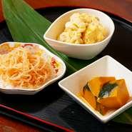 旬の食材や、鮮魚、京野菜等、厳選食材を使用。カウンターにずらりと並ぶ日替わりのおばんざいより、お好きなものを選んでご注文いただけます。3種600円~。