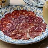 贅沢に3種を楽しめる『イベリコ豚のサラミ、生ハム、チョリソー盛合わせ』