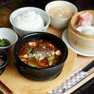 プルンとした抹茶ごま豆腐と絹豆腐の2つの食感が楽しめる、旨辛で濃厚な麻婆豆腐です。 【セット内容】 ・宇治抹茶麻婆豆腐 ・点心(3種) ・付け合わせ(2種) ・ご飯 ・スープ