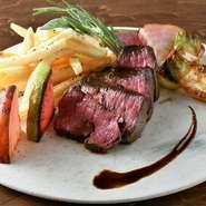 最高の焼き加減のお肉に舌が悶絶する美味しさです。付け合せのお野菜も旬の食材を使用しており、お肉と一緒に頂くとさらに美味しくお楽しみ頂けます