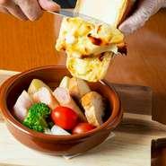 仕入れによって変わりますが、現在はフランス産のラクレットチーズを使用しています。コクがあり味わい深いのが特徴です。具材の盛り合わせに、ラクレットをお客様の目の前で豪快にかけてくれます。