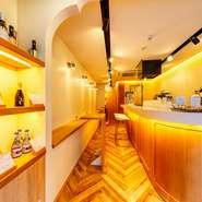 京都の観光地にあり、ゆったりと過ごせる町家のカフェバー。明るく、モダンなつくりの内装で、金~火は昼のカフェとして、水・木は割烹料理を味わえるバーとして、2通りの楽しみ方ができます。
