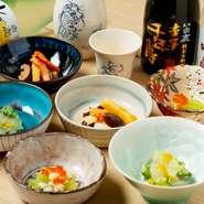 灘の酒「白鹿」プロデュースの3種類(『しぼりたて』・『熟成古酒』・『吟醸生貯蔵酒』)と、それぞれのお酒に合わせ、京料理店の料理人が腕を振るった小鉢3種。こちらは時期によって銘柄内容が異なります。