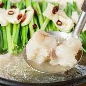 厳選した旬の食材を贅沢に使用した『塩もつ鍋』