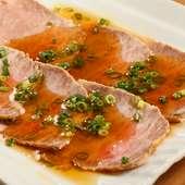 国産和牛のザブトンを使用した、贅沢な味わいの『自家製ローストビーフ』