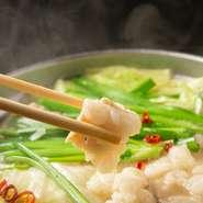 豚骨と鶏ガラ、昆布や椎茸を2日間丹精込めて丁寧に炊き出すだしが決め手の『特製 塩もつ鍋』が大人気。スープと相性ぴったりの新鮮なもつと、ミネラル豊富な潮風を浴びて育った地元若松産キャベツを堪能して。