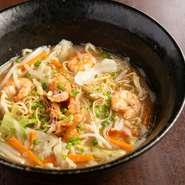 ランチの人気メニュー『海鮮戸畑ちゃんぽん』は、戸畑蒸し麺を使ったご当地の味。深い甘みが魅力の若松潮風キャベツほか、たっぷり野菜と海鮮、そして麺がコクのあるスープに絡みます。下足揚げトッピングも美味。