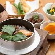 仙台市で育った経験から手掛けているのが、鮭とイクラを使った宮城の郷土料理『はらこの釜飯』。あっさりとした醤油ベースで、時期ともなれば鮭の白子も入る豪華な逸品です。